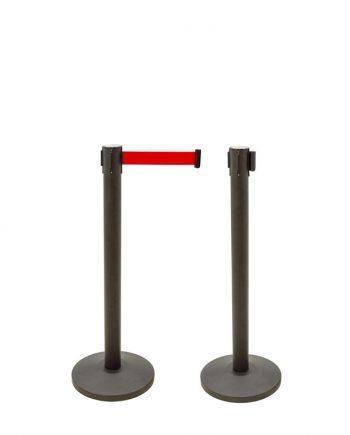 es perfecto para la gestión de colas o la separación de espacios. Este poste separador se vende en pack de dos unidades indivisibles. Los postes separadores con cinta extensible poseen una altura de 910 mm, su base es de cemento lo que hace que tenga más estabilidad, con un diámetro de Ø320mm. Estos postes para delimitar espacios vienen con cinta extensible y están fabricados en acero. La cinta extensible retráctil es de 2 metros, y se extiende hasta llegar al terminal del otro poste para generar la gestión de la cola y hacer de poste delimitador. Las cintas extensibles tienen cierre de seguridad e incorporan 4 vías de adaptación, por lo que amplían sus posibilidades de ser aplicadas. Los postes separadores con cinta extensible son fáciles de montar y desmontar (para almacenamiento o transporte). Además, son ideales para zonas de mayor tráfico, como vestíbulos, salas de espera, aeropuertos, comida, oficinas de registro, ect.